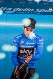 Milano, Italia 28 maggio 2017: Mikel Landa, gruppo del cielo, celebra sul podio a Milano la sua vittoria del Jersey blu Fotografia Stock Libera da Diritti