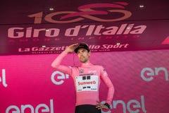 Milano, Italia 28 maggio 2017: Tom Doumulin, gruppo di Sunweb, celebra sul podio a Milano la sua vittoria Fotografia Stock Libera da Diritti