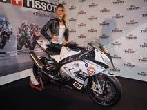 MILANO, ITALIA - 9 NOVEMBRE: Il modello posa sulla bici del motore a EICMA, mostra internazionale del motociclo il 9 novembre 201 fotografie stock