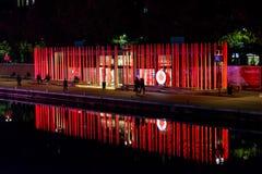 Milano, Italia - 19 ottobre 2015: Alte colonne rosse luminose con il logo di Vodafone sul lungomare Immagini Stock Libere da Diritti