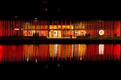 Milano, Italia - 19 ottobre 2015: Alte colonne rosse luminose con il logo di Vodafone sul lungomare Immagine Stock