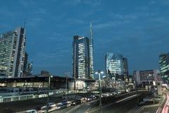 Milano, Italia Piazza Gael Aulenti al crepuscolo, con il grattacielo più alto in Italia Distretto finanziario importante immagine stock