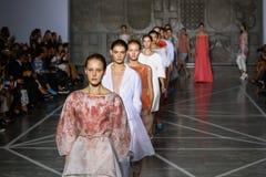 MILANO, ITALIA - 20 SETTEMBRE: Passeggiata dei modelli la pista durante la manifestazione di Mila Schon Immagini Stock Libere da Diritti