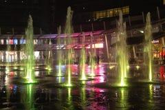 Milano, Italia, vista finanziaria di notte del distretto Acqua illuminata f fotografia stock