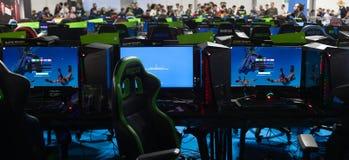 Milano l'ITALIA OTTOBRE 2018 - la gente che gioca con il video gioco d'annata alla settimana dei giochi a Milano (fiera del Rho) fotografia stock libera da diritti