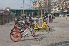 Milano, la bici che spaventa, affitta una bici Fotografia Stock Libera da Diritti