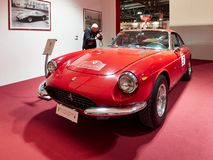 Milano, Lombardia Italia - 23 novembre 2018 - ospite prende a foto di Ferrari 365 GTC in editio 2018 di Autoclassica Milano immagine stock