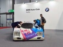 Milano, Lombardia Italia - 23 novembre 2018 - ospiti di Autoclassica Milano 2018 ispeziona una vettura da corsa di BMW fotografia stock libera da diritti