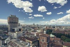 Milano, orizzonte panoramico con il chiaro cielo e le alpi italiane Fotografia Stock