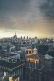 Milano, orizzonte panoramico 2016 con le alpi italiane su fondo - Fotografia Stock Libera da Diritti