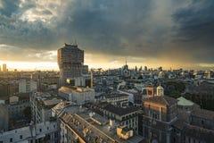 Milano 2016 panorama- horisont med italienska fjällängar på bakgrund Arkivfoton