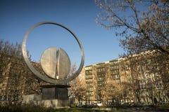 Milano: quadrato con la scultura moderna Immagini Stock Libere da Diritti