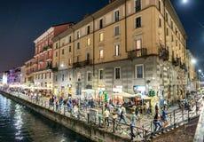 MILANO - 25 SETTEMBRE 2015: I turisti godono di Navigli alla notte mil Immagini Stock Libere da Diritti