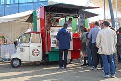 MILANO, WŁOCHY -16 2015 PAŹDZIERNIK: ludzie wykładali up w jeden fury typowo Włoski uliczny jedzenie obraz royalty free