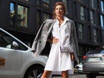 MILANO, Włochy: 19 2018 Wrzesień: Modnej kobiety ulicy stylu strój zdjęcie stock