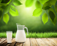 Milch auf Tabelle stockfoto