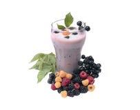 Milch-Beerencocktail auf einem weißen Hintergrund Lizenzfreie Stockfotografie