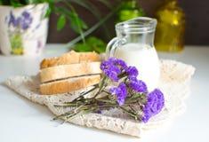 Milch, Brot und Blumen Stockbild