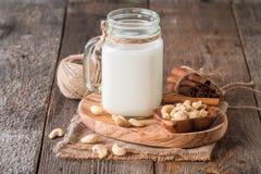 Milch des Acajounuss-strengen Vegetariers Lizenzfreie Stockbilder