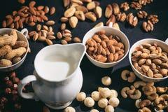 Milch des strengen Vegetariers von den Nüssen Lizenzfreie Stockfotos