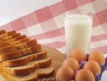 Milch, Eier u. Brot - die Heftklammern Stockfoto
