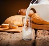 Milch in einem Glas Stockfotografie