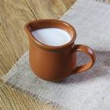 Milch in einem Krug Stockbild