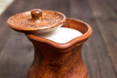 Milch in einem Lehmkrug Lizenzfreie Stockbilder