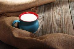 Milch in einem schönen Becher Stockbild