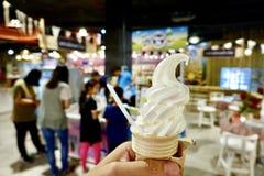 Milch Eiscreme Kegel stockbild
