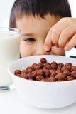 Milch, Flocken, Kindheit lizenzfreies stockfoto