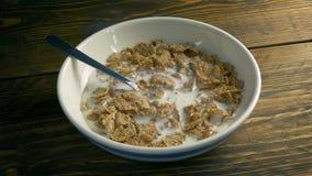 Milch gegossen auf Frühstückskost aus Getreide stock footage