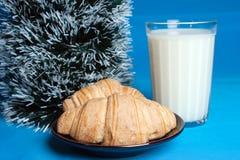 Milch, Hörnchen und der Baum von Weihnachten. Stockfotografie