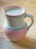 Milch im Lehmkrug stockfoto