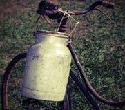 Milch kann das Aluminium einmal, das vor langer Zeit mit Weinleseeffekt benutzt wird lizenzfreies stockfoto