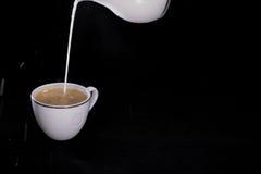 Milch lief herein einen Tasse Kaffee aus Lizenzfreie Stockfotografie