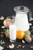 Milch mit Fruchtmandelminze stockfotos