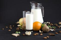 Milch mit Fruchtnussminze lizenzfreie stockfotos
