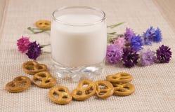Milch mit gebrochenem Lizenzfreie Stockfotos