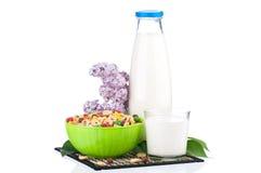 Milch mit geschmackvollen Corn-Flakes Lizenzfreies Stockfoto