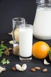 Milch mit orange Mandelapfelminze stockbild