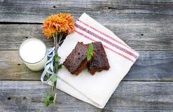Milch mit Schokoladenkuchen Stockfotos