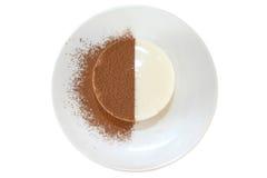 Milch panna Cotta mit Schokoladensplittern Stockfotografie