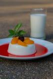 Milch-Puddingbelag mit Orangen Stockfotos
