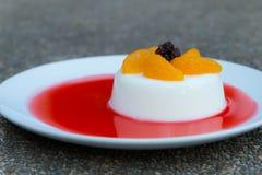 Milch-Puddingbelag mit Orangen Stockbilder