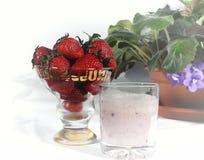 Milch Smoothie mit Erdbeeren Lizenzfreie Stockfotos