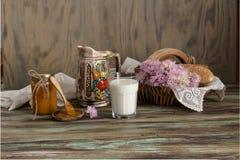Milch, Stau und Bagel auf dem Tisch lizenzfreie stockfotografie