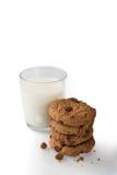 Milch u. Plätzchen auf einem weißen Hintergrund Lizenzfreies Stockfoto