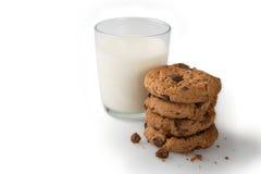 Milch u. Plätzchen auf einem weißen Hintergrund Lizenzfreie Stockfotografie