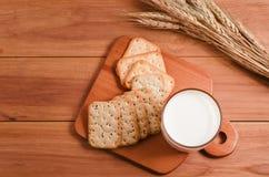 Milch und Biskuit stockfotos